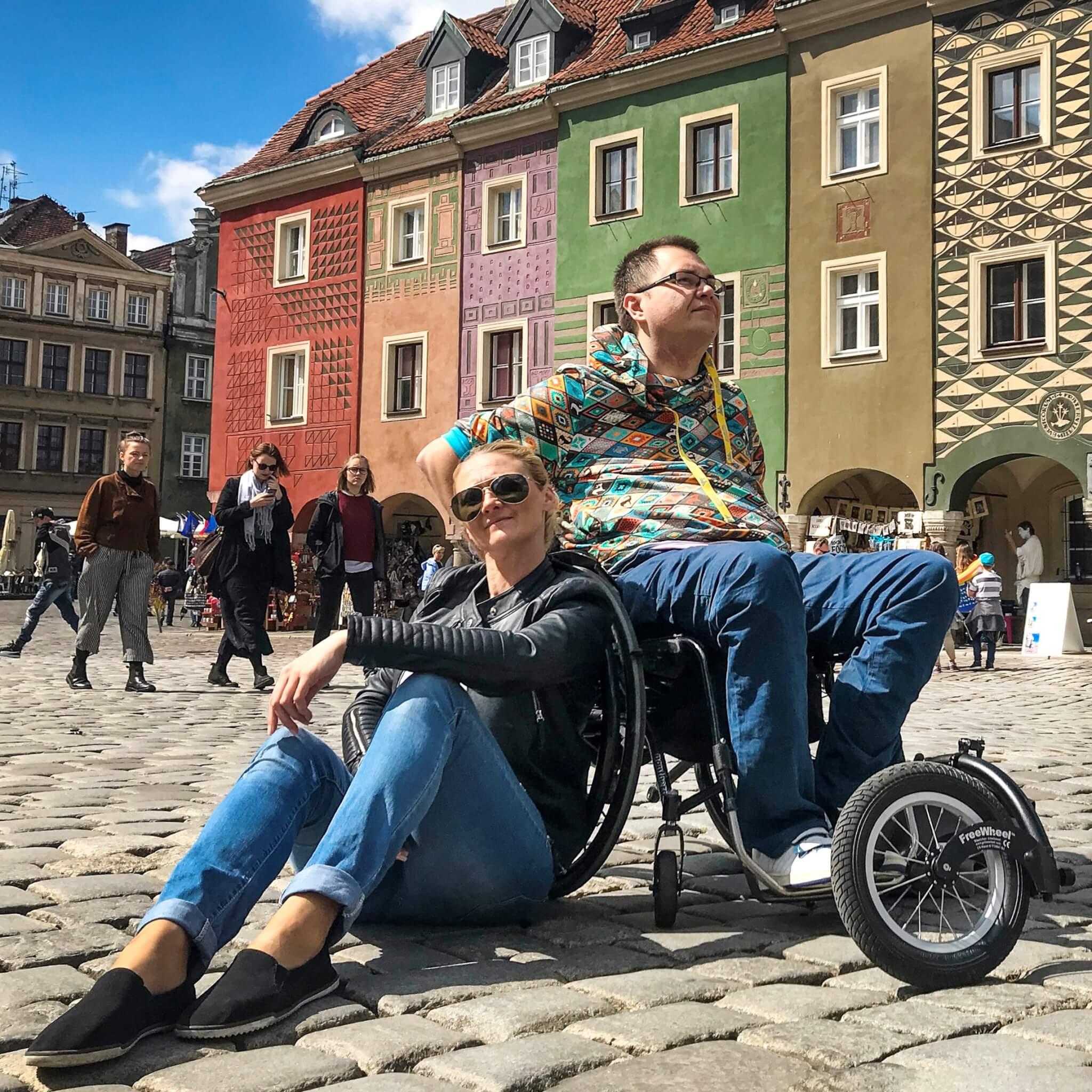 Podróże to ich pasja i tą pasją chcą zarażać. Pokazują, że niepełnosprawność nie przeszkadza w zdobywaniu Świata i realizacji marzeń. Tworzą przewodniki dla osób z niepełnosprawnościami testując hotele i świat na własnej skórze.