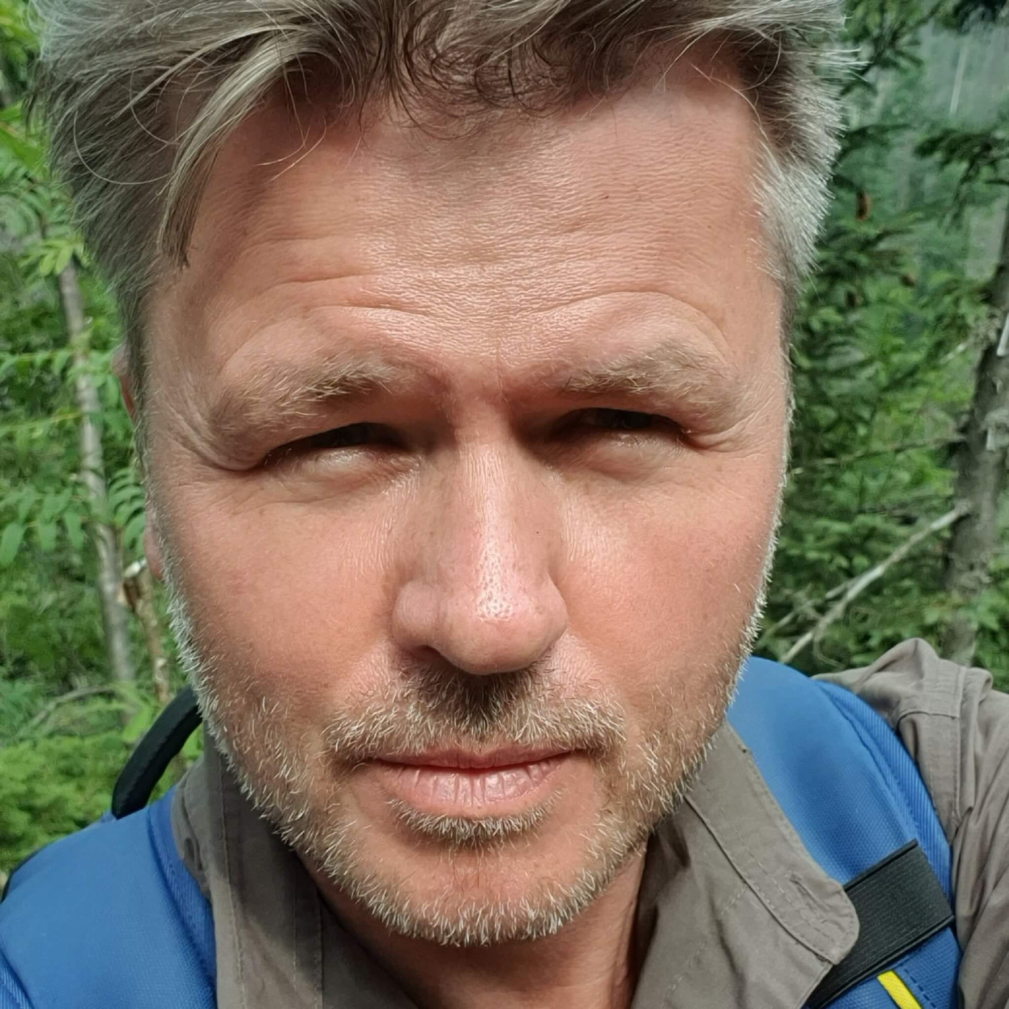 Dziennikarz i podróżnik związany z TVN24 oraz TTV.  Aktor scen muzycznych i autor 8 książek, m.in. podróżniczych, powieści i poradników skutecznego mówienia. Jego programy podróżnicze można oglądać m.in. w Travel Channel i Player.pl.