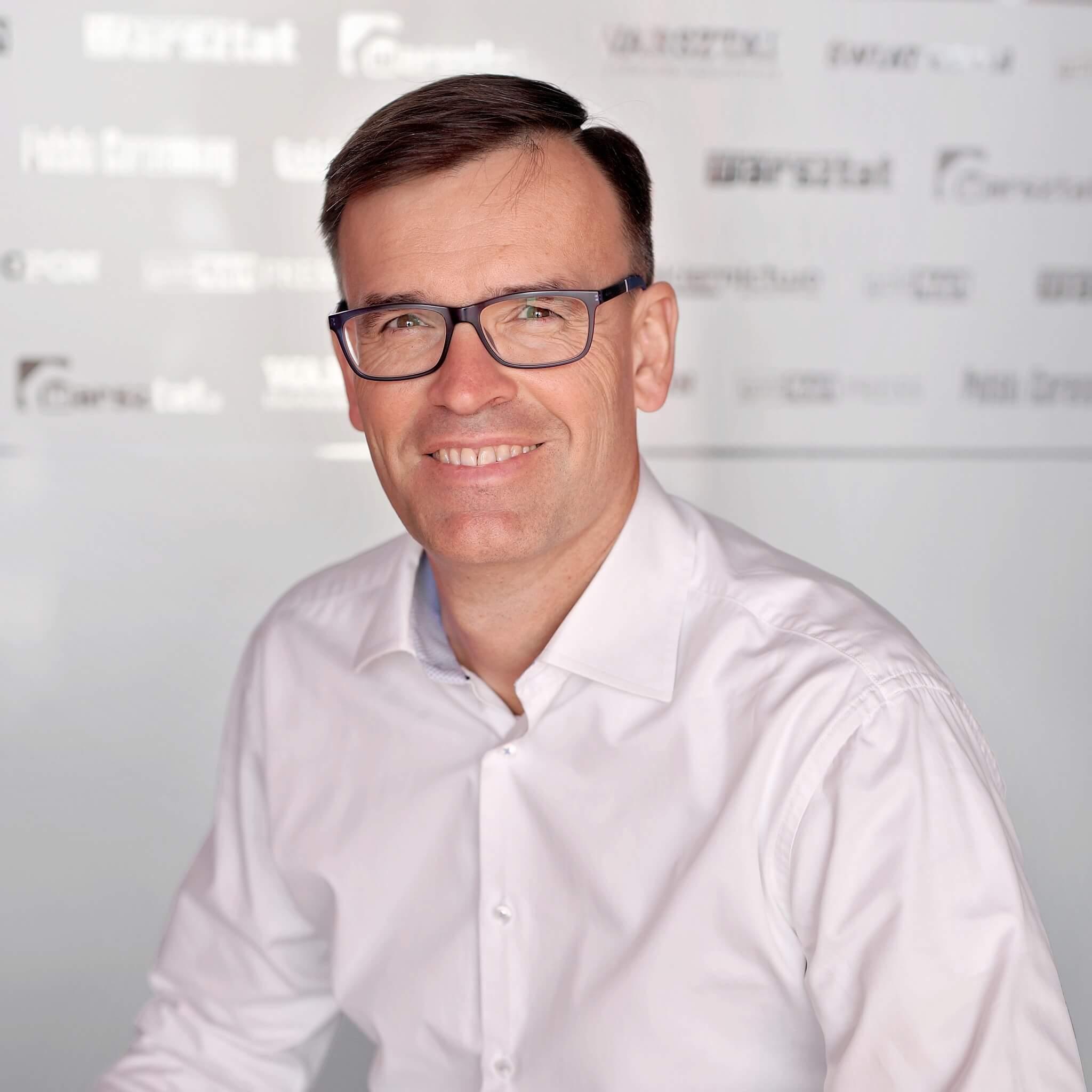Redaktor naczelny Polskiego Caravaningu i  polskicaravaning.pl. W tworzenie branży w Polsce zaangażowany jest od 16 lat, zarówno jako wiceprezes Stowarzyszenia Polska Grupa Caravaningowa, jak i prywatnie.